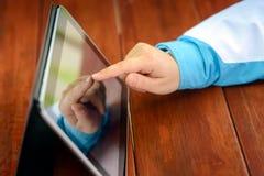 Frau, die Tablette verwendet Lizenzfreies Stockfoto