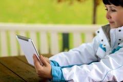 Frau, die Tablette verwendet Stockfoto