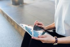 Frau, die Tablette, während der Freizeit verwendet Das Konzept der Anwendung des Telefons ist im Alltagsleben wesentlich lizenzfreie stockfotografie