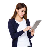 Frau, die Tablettecomputer anhält lizenzfreie stockfotografie