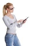 Frau, die Tablettecomputer verwendet Stockbilder