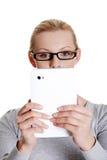 Frau, die Tablettecomputer verwendet Lizenzfreies Stockfoto