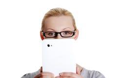 Frau, die Tablettecomputer verwendet Lizenzfreie Stockfotografie