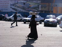 Frau, die in tahrir Quadrat geht lizenzfreie stockfotos