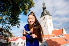 Frau, die in Tallinn reist stockbilder