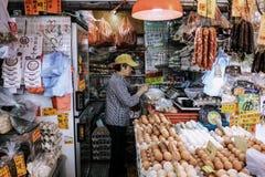 Frau, die Tasche des neuen Lebensmittels vereinbart Lizenzfreie Stockbilder