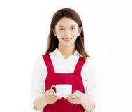 Frau, die Tasse Kaffee lächelt und zeigt lizenzfreie stockfotos