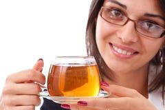 Frau, die Tasse Tee isst Lizenzfreie Stockbilder
