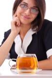 Frau, die Tasse Tee isst Stockbild
