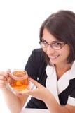 Frau, die Tasse Tee isst Stockfoto
