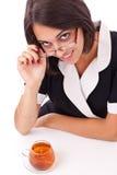 Frau, die Tasse Tee isst Lizenzfreie Stockfotos