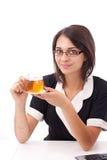 Frau, die Tasse Tee isst Stockbilder