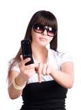 Frau, die Taste auf Handy bedrängt Stockbilder