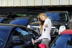 Frau, die Taste des neuen Sportautos zeigt Stockbilder