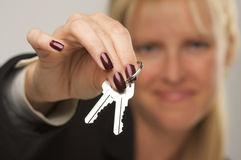 Frau, die Tasten darstellt Stockfotografie