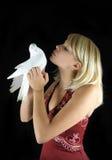Frau, die Taube küßt stockbilder