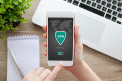 Frau, die Telefon-APP-vpn Schaffung Internet-Protokolle protecti hält lizenzfreies stockfoto