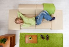 Frau, die am Telefon auf Couch spricht Lizenzfreies Stockfoto