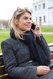 Frau, die am Telefon im Freien spricht Lizenzfreies Stockbild