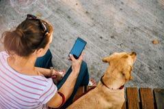 Frau, die Telefon im Park verwendet Stockfoto
