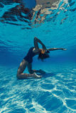 Frau, die am Telefon im Wasser schreit Stockfoto