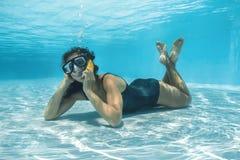 Frau, die am Telefon im Wasser schreit Lizenzfreie Stockfotografie