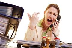 Frau, die am Telefon schreit Lizenzfreie Stockfotos