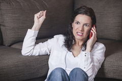 Frau, die am Telefon schreit Stockfotografie