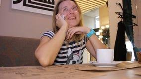 Frau, die am Telefon spricht stock footage
