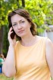 Frau, die am Telefon spricht Stockfotografie
