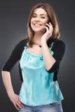 Frau, die am Telefon spricht Lizenzfreie Stockbilder