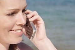 Frau, die am Telefon spricht Stockbilder