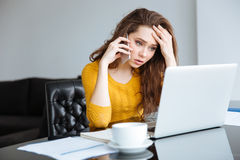 Frau, die am Telefon spricht Lizenzfreies Stockbild