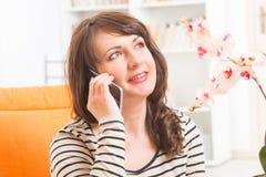 Frau, die am Telefon spricht Stockfotos