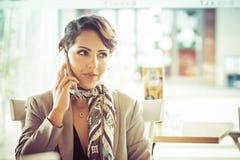 Frau, die am Telefon spricht lizenzfreie stockfotografie