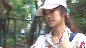 Frau, die Telefon verwendet, um Richtung beim Reisen zu führen in Hong Kong stock video