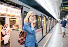 Frau, die Telefonanruf an der Untertageplattform macht Lizenzfreies Stockbild
