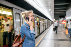 Frau, die Telefonanruf an der Untertageplattform macht Stockfotografie