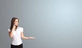 Frau, die Telefonanruf mit Kopienraum macht Lizenzfreies Stockbild