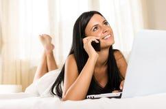 Frau, die telefonisch nennt Stockbild