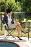 Frau, die Telefonmeldungen überprüft Stockfotos