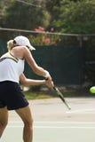Frau, die Tennis spielt Lizenzfreie Stockfotos