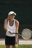 Frau, die Tennis spielt Stockbild