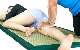 Frau, die thailändische Massage habend sich entspannt stockbild