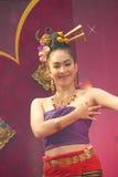 Frau, die Thailand-Kleid durchführt traditionellen Tanz trägt lizenzfreies stockfoto