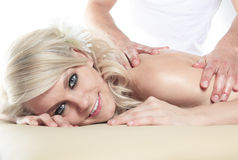 Frau, die Therapiemassage hat Stockfoto