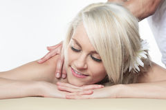 Frau, die Therapiemassage hat Stockbild
