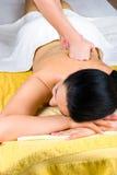 Frau, die tiefe rückseitige Massage am Badekurort empfängt Lizenzfreie Stockfotos