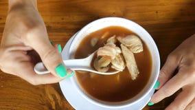 Frau, die Tom Yum Goong, würzige thailändische Suppe mit Garnele, Fischen und Pilzen isst indonesisch Bali-Insel asien stock video