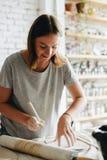 Frau, die am Tonwaren-Studio arbeitet stockbilder